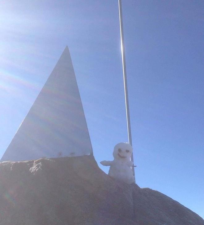 Không còn là tin đồn, tuyết đã rơi thật sự trên đỉnh Fansipan, người người nhà nhà thích thú nghịch tuyết - Ảnh 6.