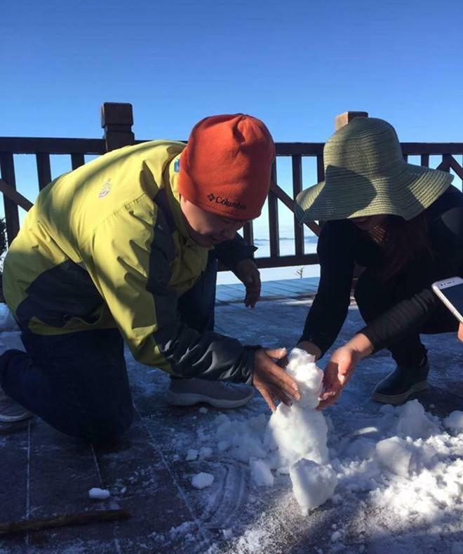 Không còn là tin đồn, tuyết đã rơi thật sự trên đỉnh Fansipan, người người nhà nhà thích thú nghịch tuyết - Ảnh 4.