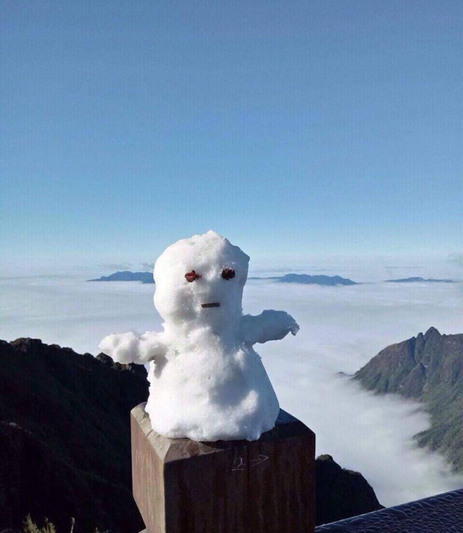 Không còn là tin đồn, tuyết đã rơi thật sự trên đỉnh Fansipan, người người nhà nhà thích thú nghịch tuyết - Ảnh 5.
