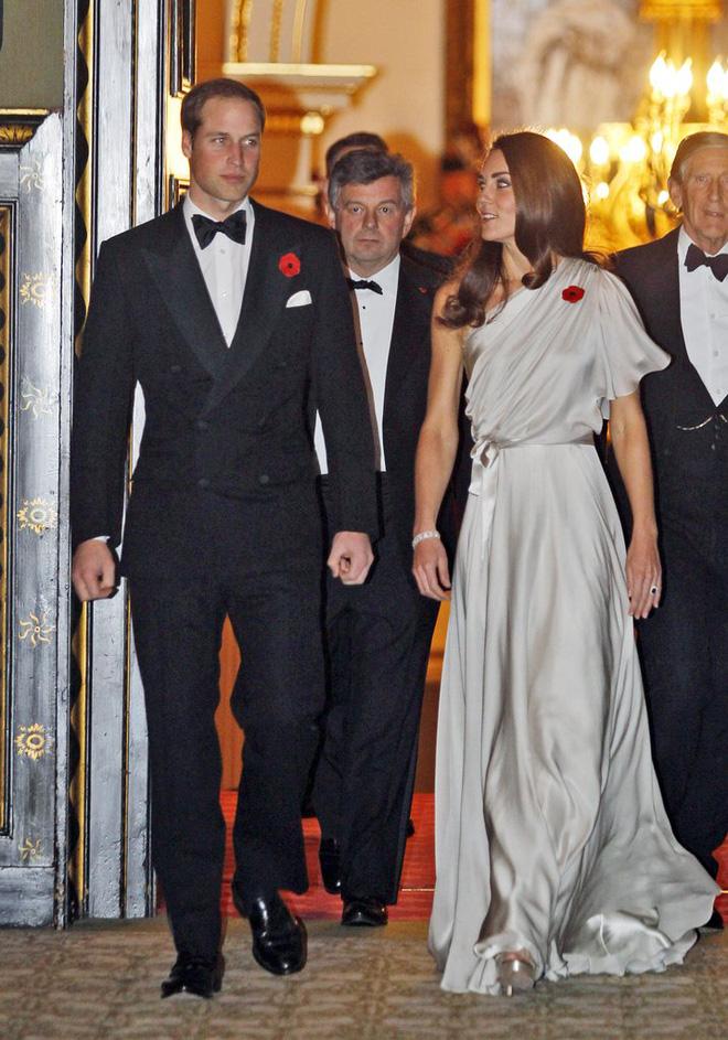 Có cả tủ váy dạ hội đẹp thế này, chẳng trách công nương Kate luôn lộng lẫy - Ảnh 10.