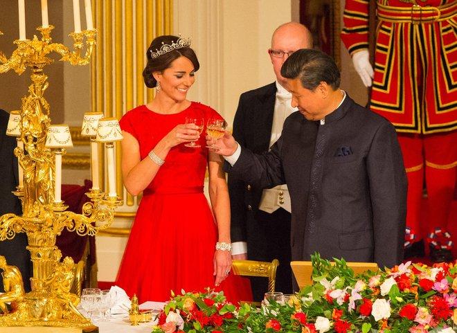 Có cả tủ váy dạ hội đẹp thế này, chẳng trách công nương Kate luôn lộng lẫy - Ảnh 12.