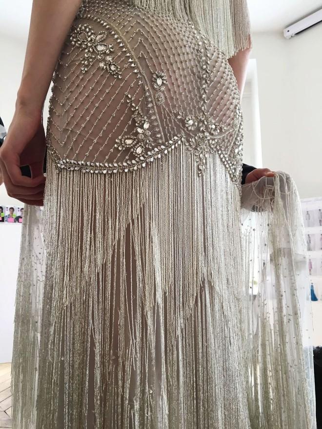 Có gì ở chiếc váy đính tới 12.000 sợi tua rua của Monique Lhuillier? - Ảnh 7.