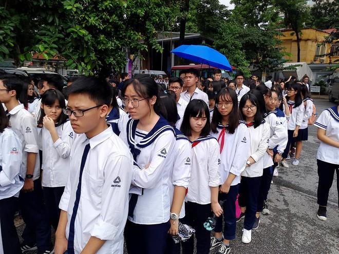 Tang lễ thầy Văn Như Cương: Học sinh trường Lương Thế Vinh hát khi linh cữu đi qua - Ảnh 33.