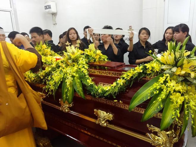 Tang lễ thầy Văn Như Cương: Học sinh trường Lương Thế Vinh hát khi linh cữu đi qua - Ảnh 41.
