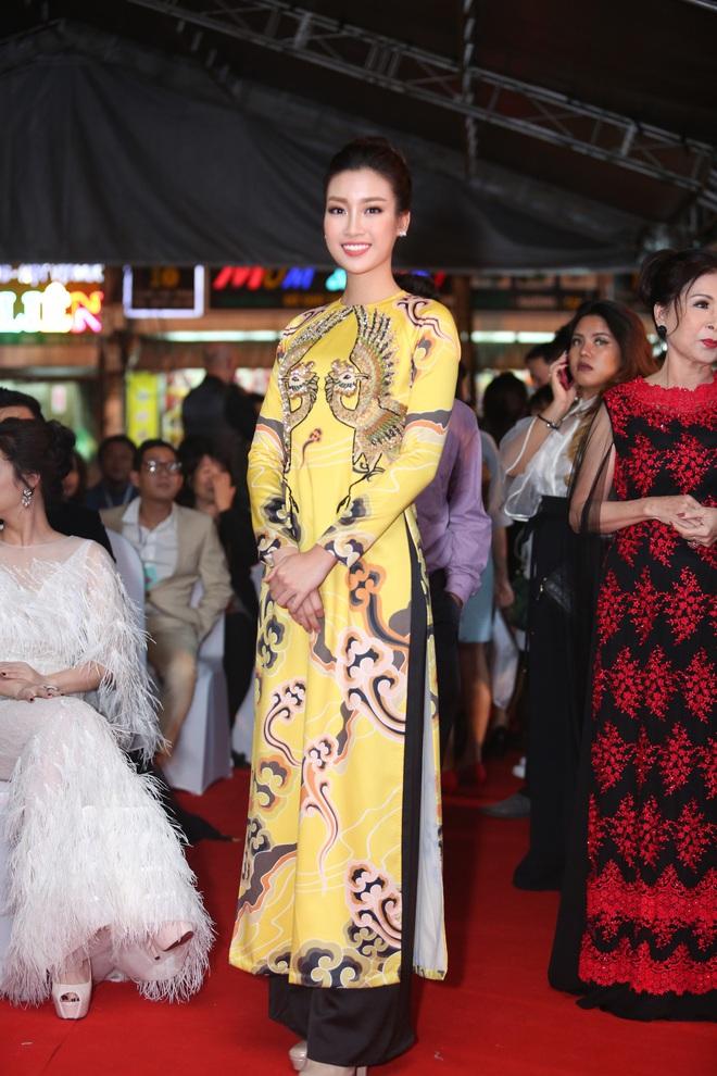 Hoa hậu Đỗ Mỹ Linh diện áo dài xinh đẹp lộng lẫy trên thảm đỏ Liên hoan phim Việt Nam