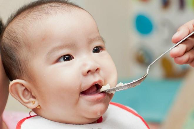 Bác sĩ Nhi chỉ cách cho con ăn dặm khoa học ngay từ lần đầu tiên - Ảnh 2.