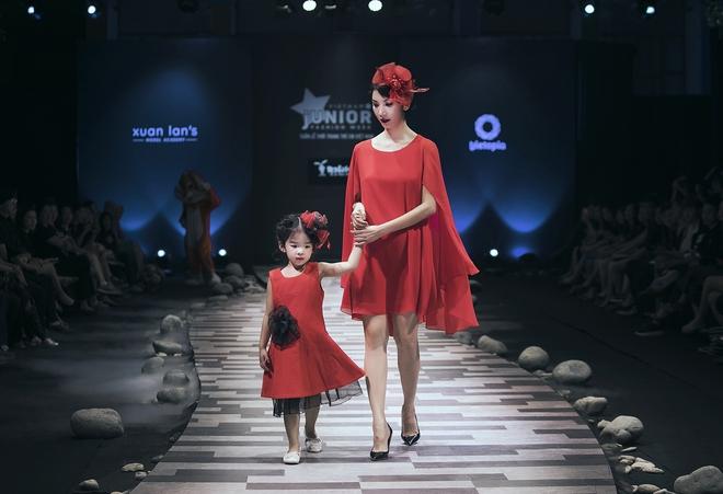 Hoa hậu Hương Giang, Trương Quỳnh Anh nắm tay con sải bước trên sàn catwalk ngày thứ 2 Tuần lễ Thời trang Thiếu nhi - Ảnh 6.