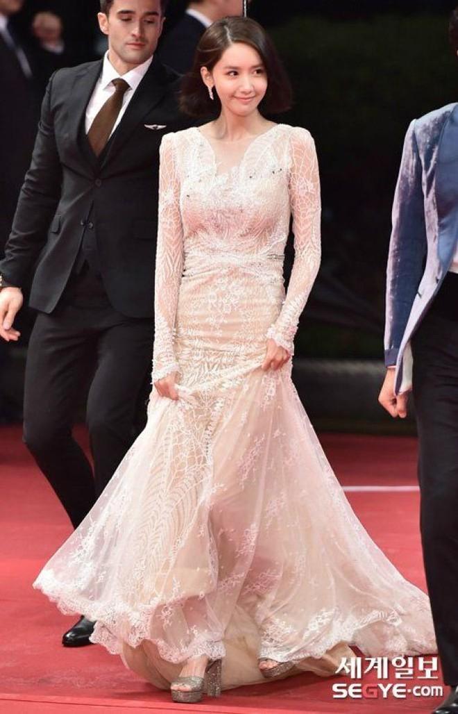 Lần đầu tiên diện đầm hở bạo, Yoona đã bị soi vì váy ôm sát vô tình khiến vòng 3 trở nên nhạy cảm - Ảnh 1.