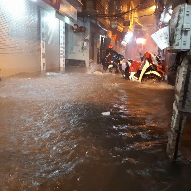 Mưa cực lớn, đường phố Hà Nội ngập úng nghiêm trọng lúc nửa đêm - Ảnh 1.