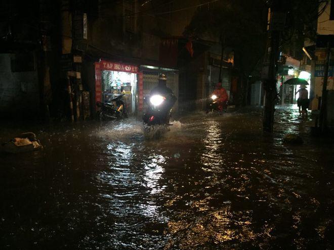 Mưa cực lớn, đường phố Hà Nội ngập úng nghiêm trọng lúc nửa đêm - Ảnh 10.