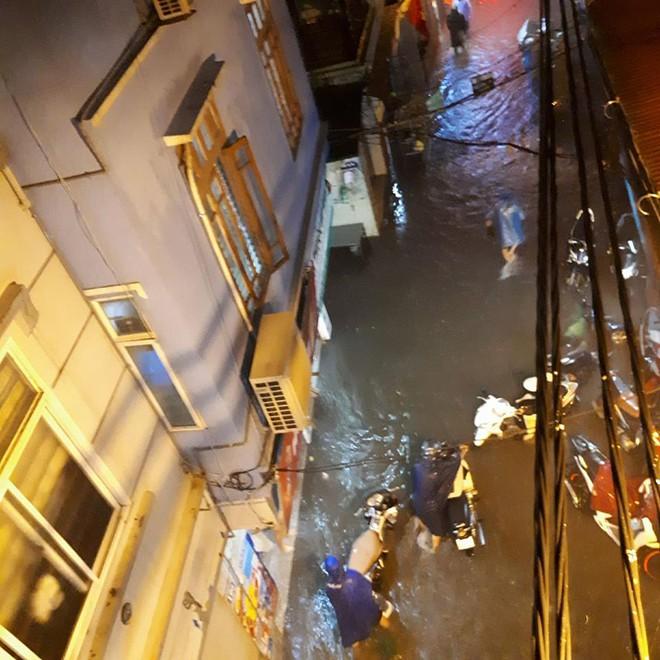 Mưa cực lớn, đường phố Hà Nội ngập úng nghiêm trọng lúc nửa đêm - Ảnh 12.
