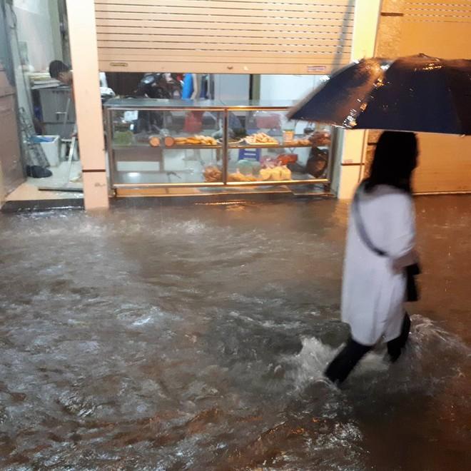 Mưa cực lớn, đường phố Hà Nội ngập úng nghiêm trọng lúc nửa đêm - Ảnh 2.