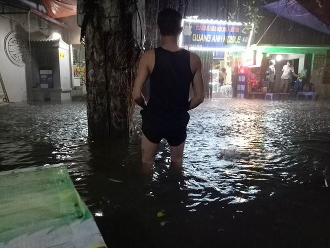 Mưa cực lớn, đường phố Hà Nội ngập úng nghiêm trọng lúc nửa đêm - Ảnh 3.