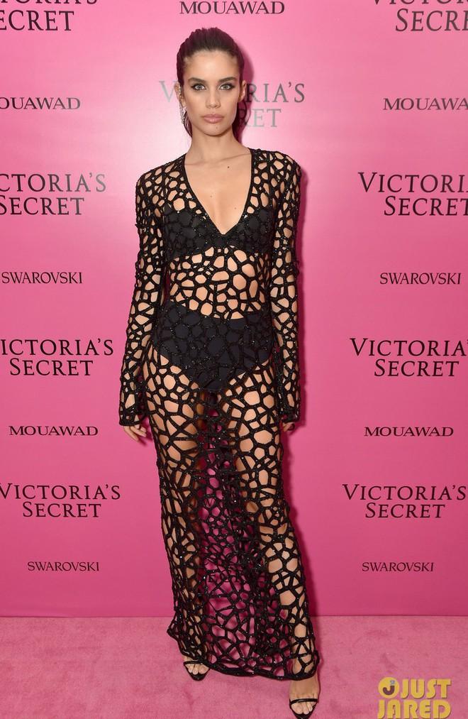 Mỹ nhân Tình người duyên ma khoe thân hình đồng hồ cát trên thảm hồng Victoria's Secret 2017 - Ảnh 21.