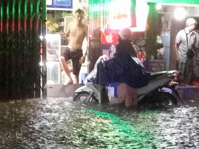 Mưa cực lớn, đường phố Hà Nội ngập úng nghiêm trọng lúc nửa đêm - Ảnh 4.