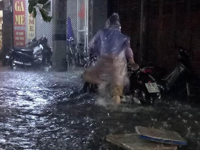 Mưa cực lớn, đường phố Hà Nội ngập úng nghiêm trọng lúc nửa đêm - Ảnh 5.