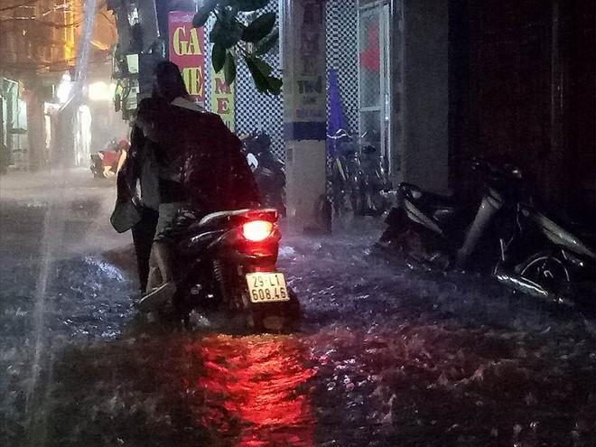 Mưa cực lớn, đường phố Hà Nội ngập úng nghiêm trọng lúc nửa đêm - Ảnh 6.