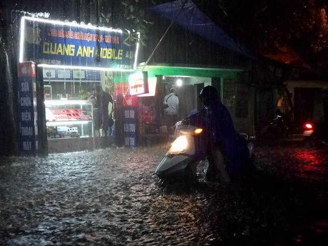 Mưa cực lớn, đường phố Hà Nội ngập úng nghiêm trọng lúc nửa đêm - Ảnh 7.