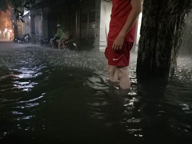 Mưa cực lớn, đường phố Hà Nội ngập úng nghiêm trọng lúc nửa đêm - Ảnh 8.