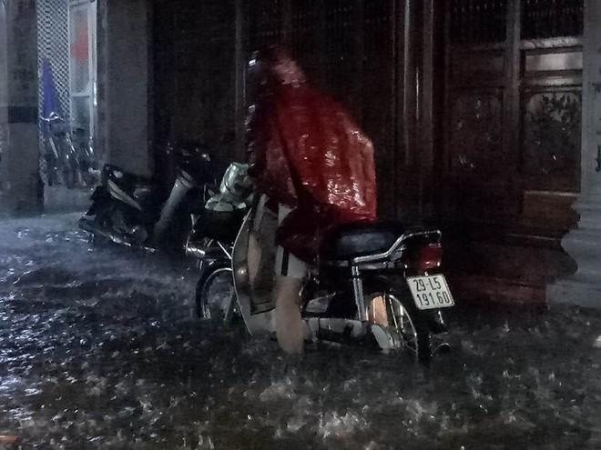 Mưa cực lớn, đường phố Hà Nội ngập úng nghiêm trọng lúc nửa đêm - Ảnh 9.