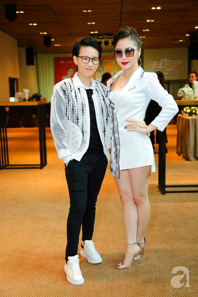 Hương Tràm diện váy siêu ngắn khoe vẻ gợi cảm cạnh Tiên Cookie - Ảnh 2.