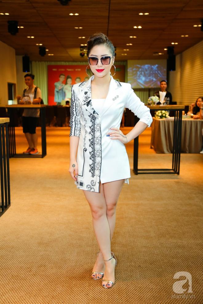 Hương Tràm diện váy siêu ngắn khoe vẻ gợi cảm cạnh Tiên Cookie - Ảnh 1.