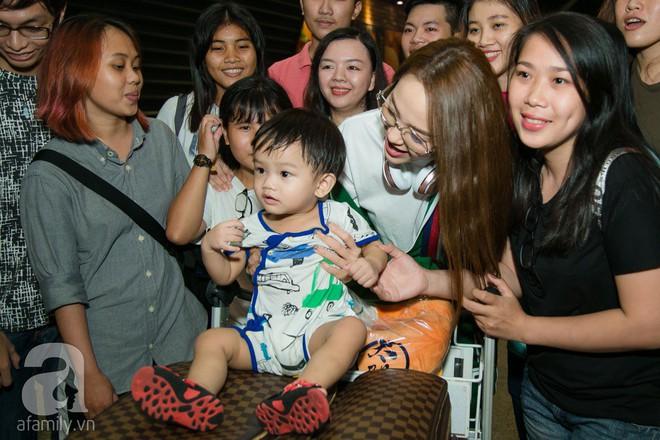 Giữa đêm muộn các fan vẫn tiễn Minh Hằng ra sân bay - Ảnh 4.