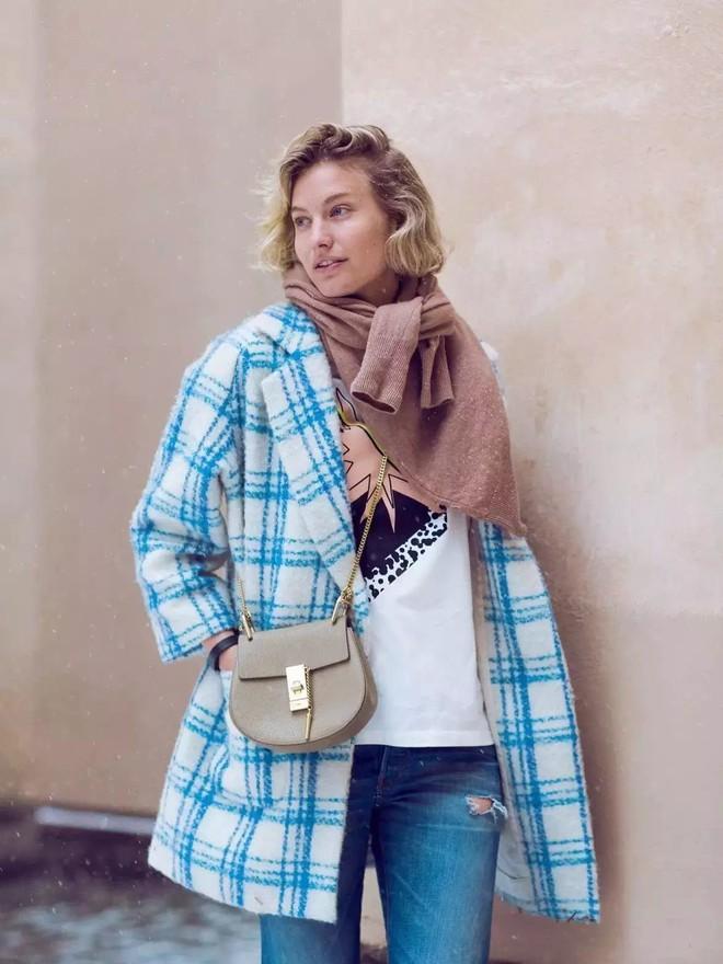 Vừa ấm áp lại vừa trendy với trào lưu biến áo len thành khăn quàng - Ảnh 1.