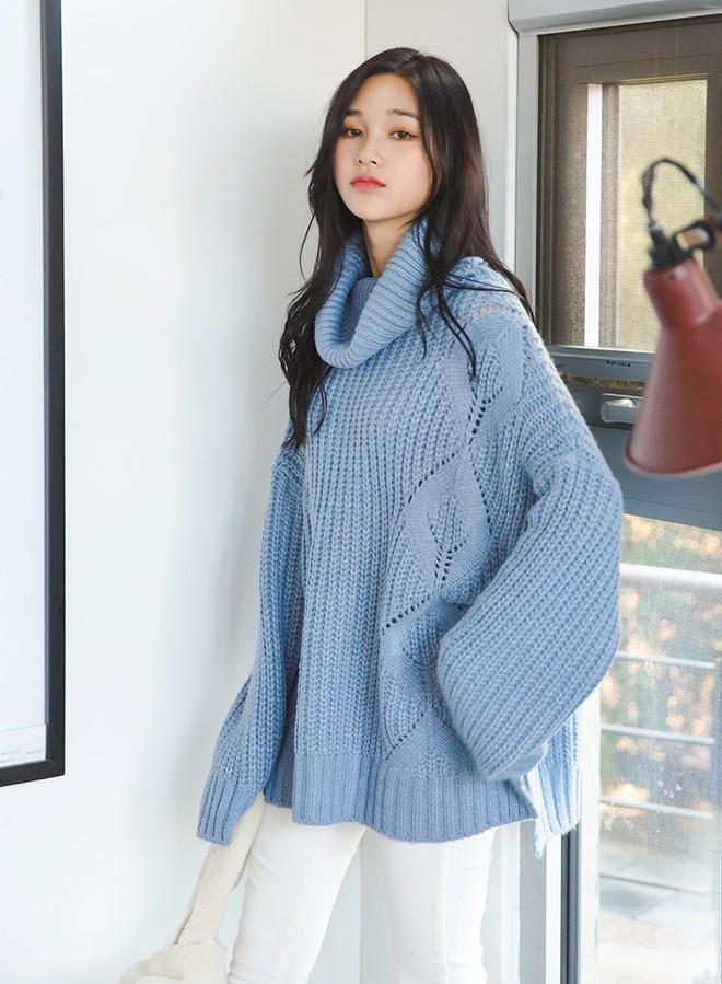 Trời lạnh thế này, thiếu gì thì thiếu chứ không thể thiếu áo len cổ lọ - Ảnh 1.