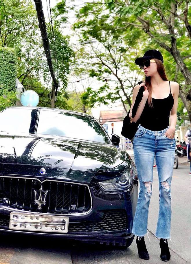 Đẳng cấp thời trang như Hà Hồ mặc áo hai dây với quần jeans cũng chất đừng hỏi - Ảnh 2.
