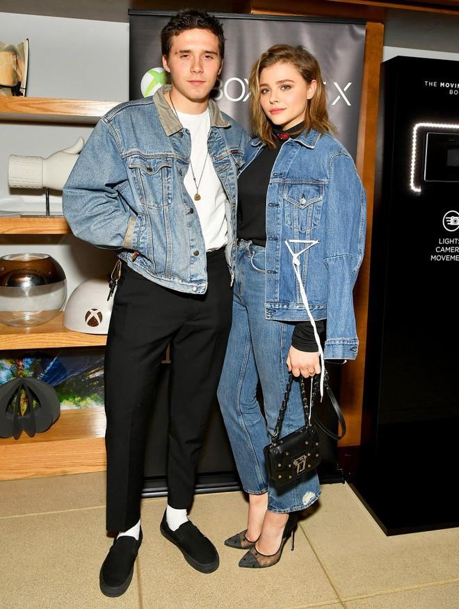 Hẹn hò cậu cả nhà Beckham, Chloe Moretz tích cực diện đồ do bà Beck thiết kế và ngày càng có style giống mẹ chồng tương lai - Ảnh 1.