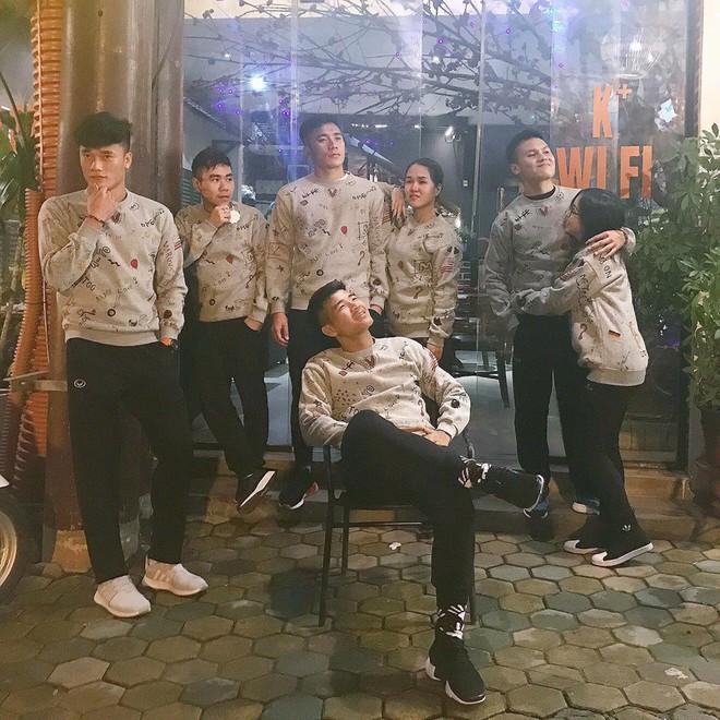 Không chỉ riêng áo nỉ, U23 Việt Nam mà đồng phục thứ gì, thứ đấy thể nào cũng là hot trend - Ảnh 1.