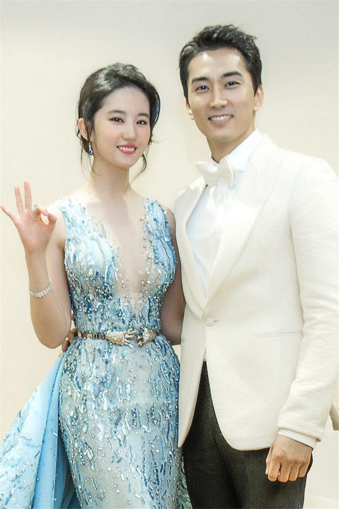 Trước khi chia tay, Lưu Diệc Phi và Song Seung Hun đã có phong cách thời trang đẹp và ăn ý thế này cơ mà - Ảnh 1.