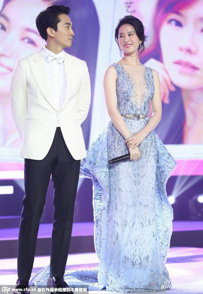 Trước khi chia tay, Lưu Diệc Phi và Song Seung Hun đã có phong cách thời trang đẹp và ăn ý thế này cơ mà - Ảnh 2.