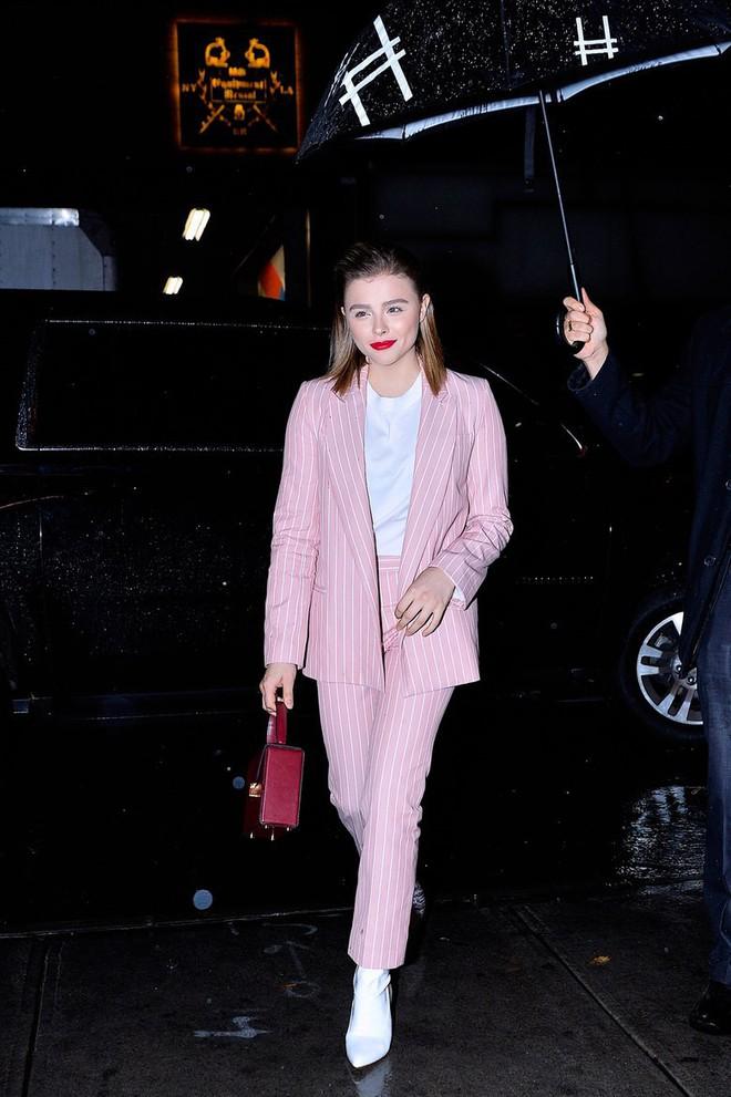Hẹn hò cậu cả nhà Beckham, Chloe Moretz tích cực diện đồ do bà Beck thiết kế và ngày càng có style giống mẹ chồng tương lai - Ảnh 9.