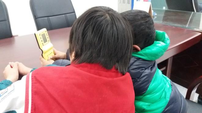 Tìm được bé trai 5 tuổi mồ côi mẹ bỏ nhà đi chơi với bạn khi đang lang thang sau 1 đêm - Ảnh 2.