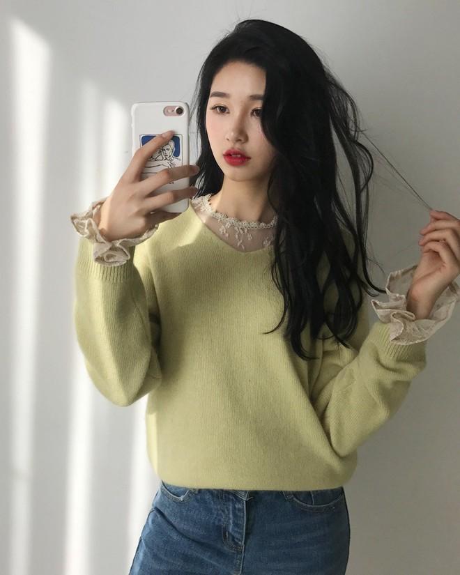 Học cách kết hợp áo len mới nhất này của các quý cô Hàn để diện Tết ngay còn kịp - Ảnh 8.