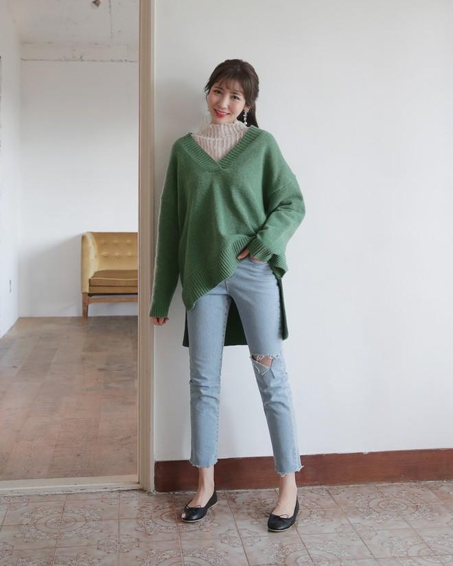 Học cách kết hợp áo len mới nhất này của các quý cô Hàn để diện Tết ngay còn kịp - Ảnh 13.