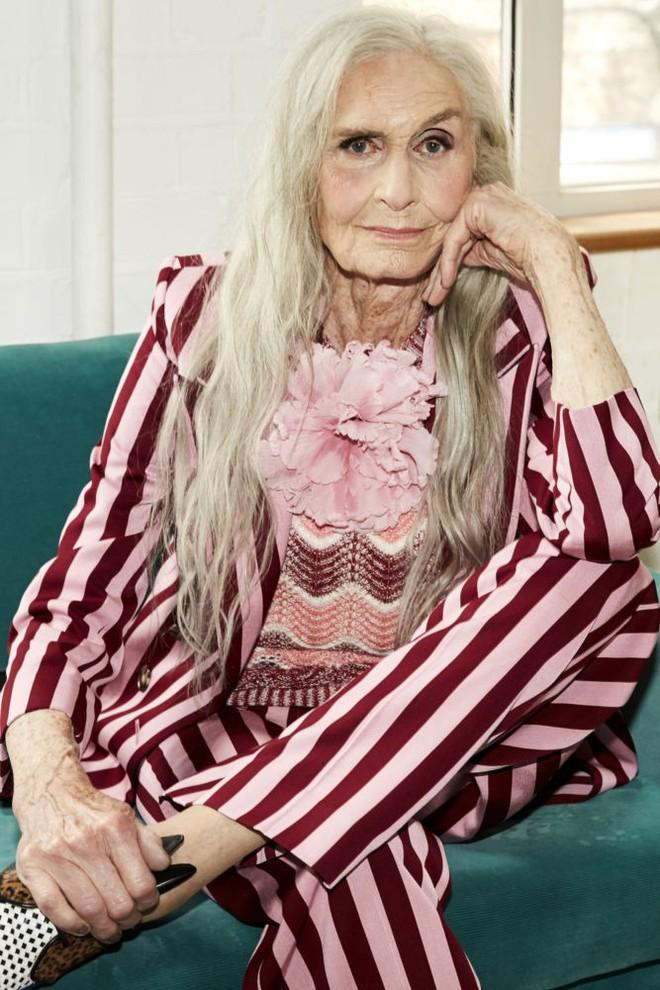 Siêu mẫu lớn tuổi nhất thế giới Daphne Self: 89 tuổi vẫn tự tin trở thành gương mặt quảng bá cho hãng mỹ phẩm - Ảnh 1.