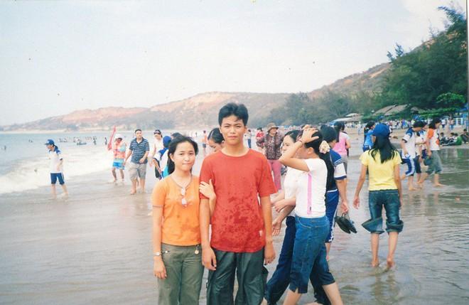 Cặp đôi Sài Gòn khoe kỷ niệm từ hồi trẻ trâu đến ngày cưới và bộ ảnh vừa bay vừa hôn độc nhất vô nhị - Ảnh 2.