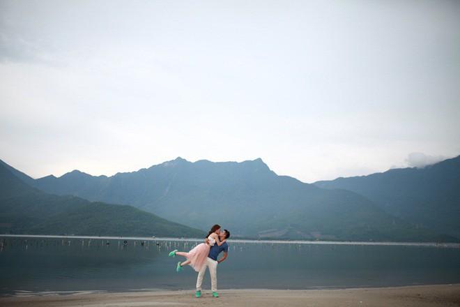 Cặp đôi Sài Gòn khoe kỷ niệm từ hồi trẻ trâu đến ngày cưới và bộ ảnh vừa bay vừa hôn độc nhất vô nhị - Ảnh 13.