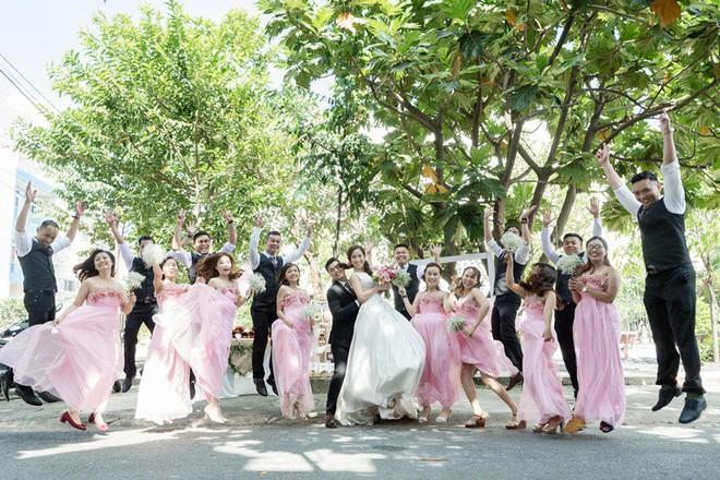 Cặp đôi Sài Gòn khoe kỷ niệm từ hồi trẻ trâu đến ngày cưới và bộ ảnh vừa bay vừa hôn độc nhất vô nhị - Ảnh 18.