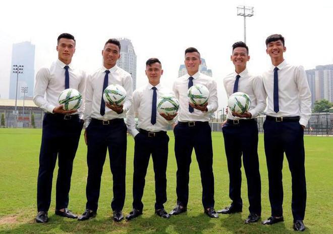 Ngoài quần đùi áo số, các chàng trai U23 cũng có những khoảnh khắc mặc đồng phục đúng chuẩn soái ca như thế này - Ảnh 10.