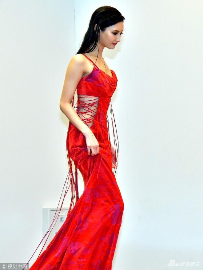 Mẫu nữ Nhật Bản gây phản cảm vì tạo dáng tư thế độc lạ tại thảm đỏ sự kiện - Ảnh 1.