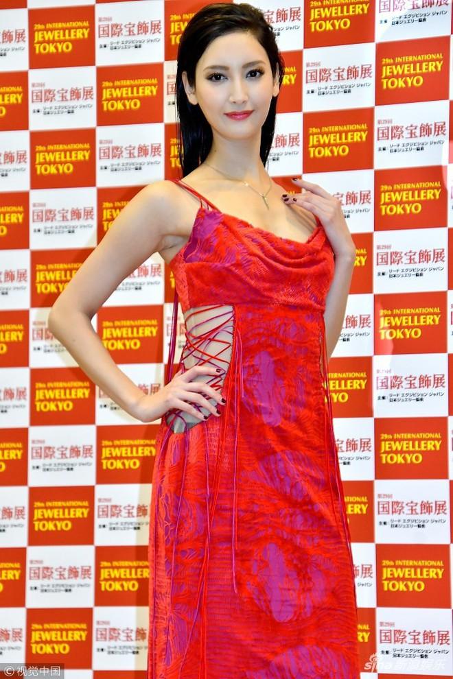 Mẫu nữ Nhật Bản gây phản cảm vì tạo dáng tư thế độc lạ tại thảm đỏ sự kiện - Ảnh 2.
