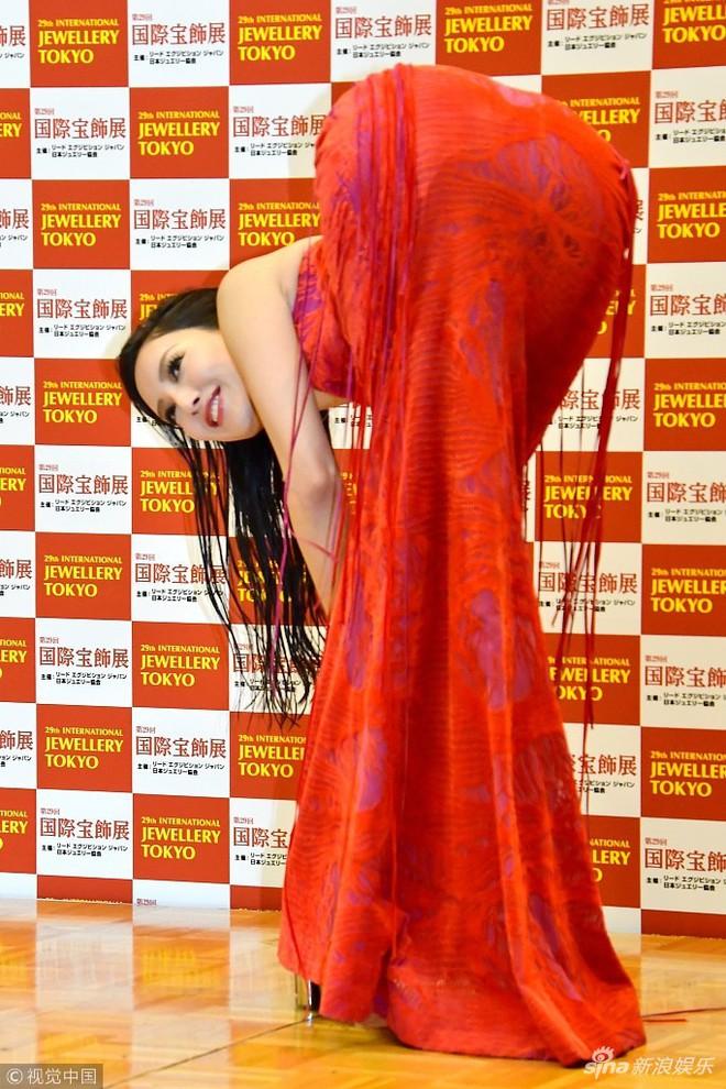Mẫu nữ Nhật Bản gây phản cảm vì tạo dáng tư thế độc lạ tại thảm đỏ sự kiện - Ảnh 3.
