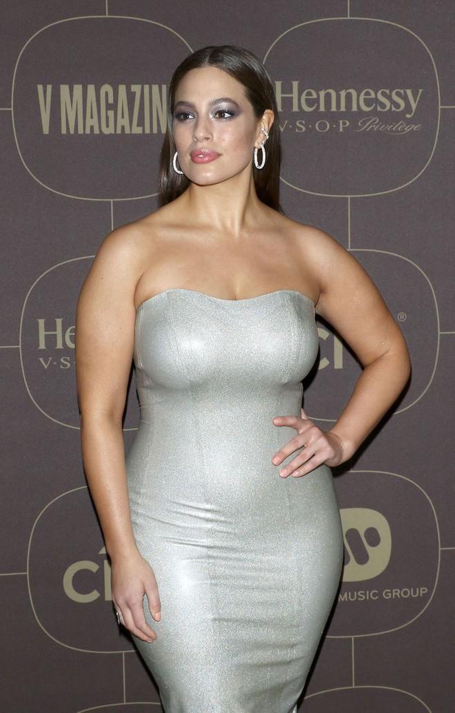Diện váy cao su bó chịt khoe đường cong phì nhiêu, siêu mẫu ngoại cỡ được khen là cô robot sexy - Ảnh 4.