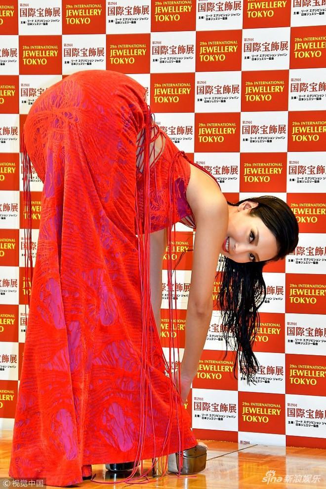 Mẫu nữ Nhật Bản gây phản cảm vì tạo dáng tư thế độc lạ tại thảm đỏ sự kiện - Ảnh 4.