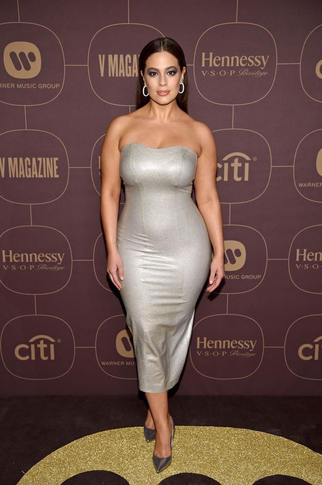 Diện váy cao su bó chịt khoe đường cong phì nhiêu, siêu mẫu ngoại cỡ được khen là cô robot sexy - Ảnh 5.