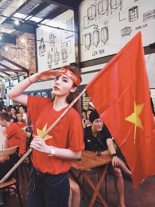 Chưa bao giờ street style của các người đẹp Việt lại ngập tràn cờ đỏ sao vàng như tuần vừa rồi - Ảnh 1.